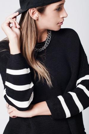 Jersey negro de punto con líneas blancas