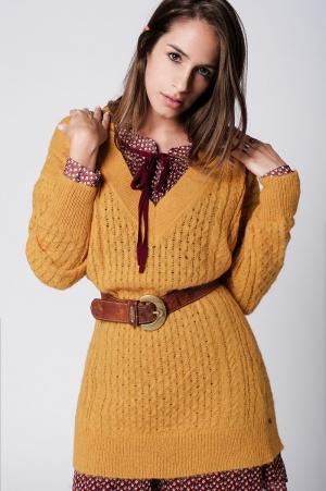 Vestido de suéter mostaza con las mangas largas y cuello en V