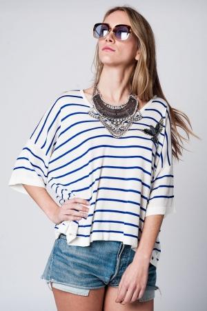 Jersey blanco a rayas azules con detalle de pajaro en el pecho