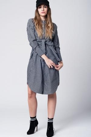 Vestido camisero a rayas grises con detalle de anudado en la cintura