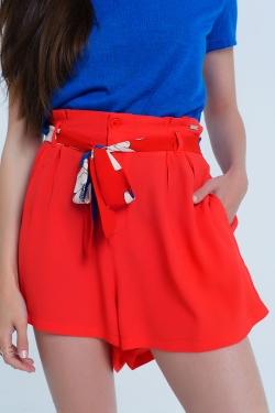 Pantalon corto rojo con cinturon de flores