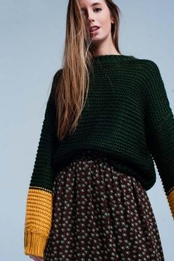 Suéter de punto grueso verde con mangas de mostaza